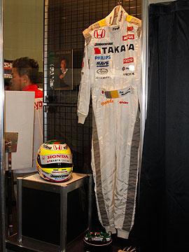 道上のレーシングスーツの写真