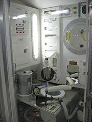 ISSの居住ブロックのトイレの写真