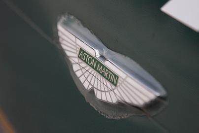アストンマーティンのエンブレムの写真