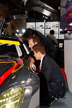 SLS AMGのコックピットを覗き込む田中/平中/イエーガーの写真