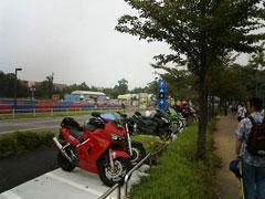 新設されたバイク置き場の写真