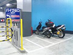 ヨドバシ マルチメディアAkibaのバイク駐車場の写真